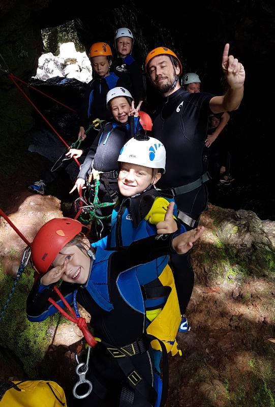 Le canyoniFaire du canyoning à la Réunion avec des enfants.